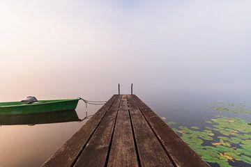Steg mit Boot im Nebel von Deimel Fotografie