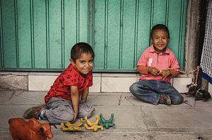 Spelende kinderen in Mitla (Mexico)