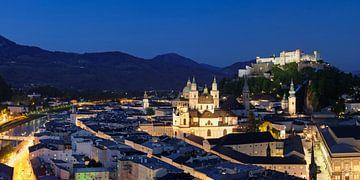 Oude binnenstad van Salzburg met vesting Hohensalzburg op het blauwe uur van Markus Lange