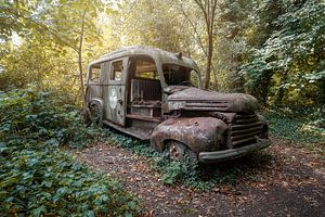 verlassener Krankenwagen im Wald