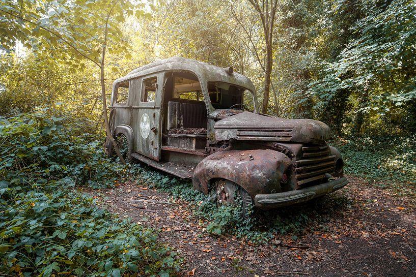 verlassener Krankenwagen im Wald von Kristof Ven