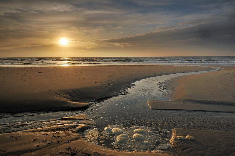 Strand Texel bij zonsondergang van John Leeninga