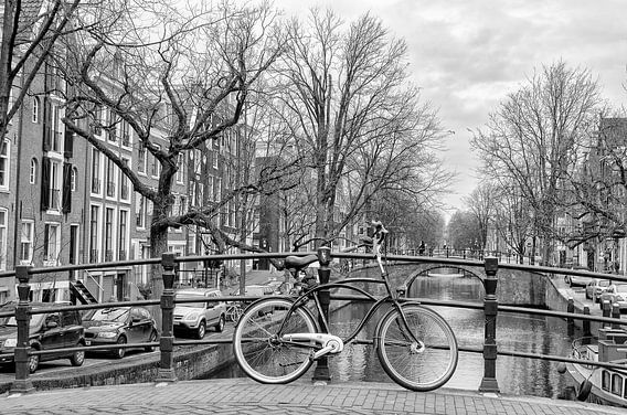 Een fiets op een Amsterdamse brug.  Een foto in de zo herkenbare stijl van Don Fonzarelli.  Een brug over de Reguliersgracht In Amsterdam.