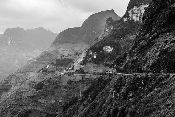 Contour van weg over verschillende heuvelruggen tijdens de Ha Giang Loop in Vietnam.