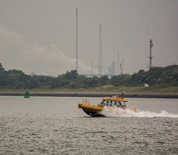 De Roeiers met hoge snelheid in de haven Rotterdam onderweg. van scheepskijkerhavenfotografie