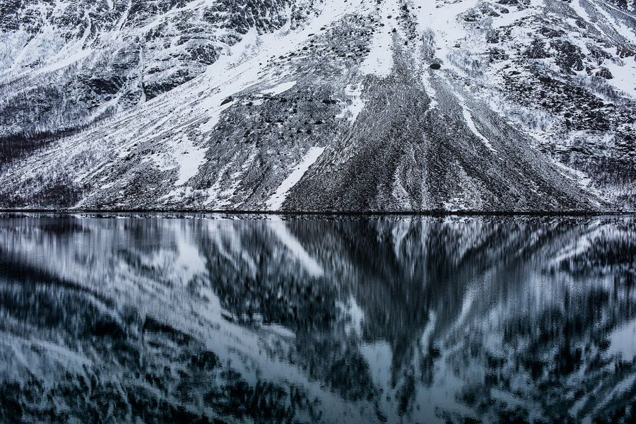 Reflecties in het Fjord - Lyngen Alpen, Tromsø, Noorwegen van Martijn Smeets