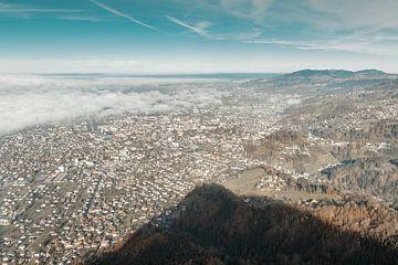 Luftaufnahme über der Stadt Dornbirn, Österreich im Morgennebel von Besa Art