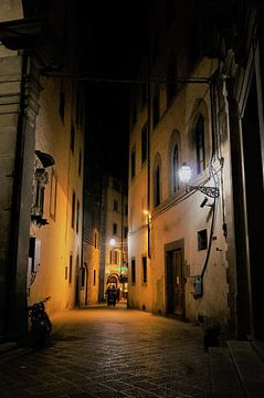 Een straat in avondlicht Florence Italie van Sandra van der Burg