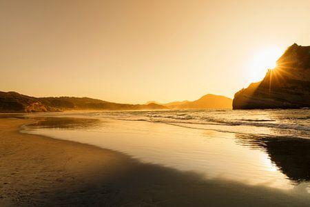 Wharariki Beach bij zonsondergang, Golden Bay, South Island, Nieuw Zeeland, van Markus Lange