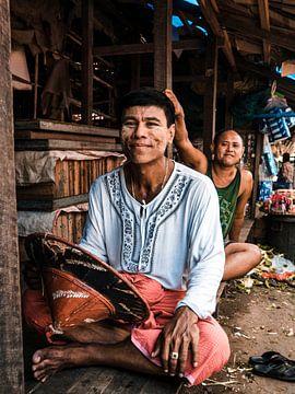 Portrait d'un garçon birman sur un marché près de Yangon (Rangoon), Myanmar (Birmanie) sur Michiel Dros