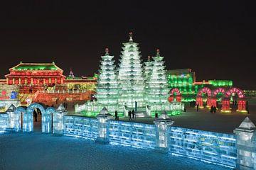 Scène van de nacht met verlichte gebouwen gemaakt van ijsblokken van Tony Vingerhoets