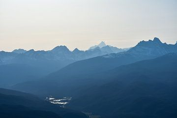 Blauwe bergen door zonsondergang van Eline Huizenga