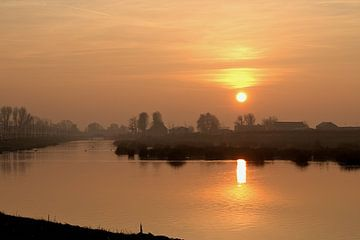 Ein nebeliger Sonnenuntergang von Yvonne van Leeuwen