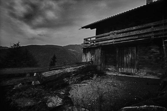 Wooden cabin in the Austrian Alps van Mark van Hattem