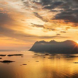 Midzomernacht zon boven de bergen van Karla Leeftink