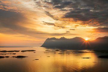 Mittsommernachtssonne über den Bergen von Karla Leeftink
