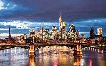 Skyline van Frankfurt am Main bij zonsondergang