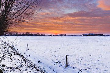 Abendrot im Winter über der Schneelandschaft von Fotografiecor .nl