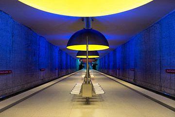 Bahnsteig einer U-Bahn-Station mit leuchtenden Farben von Andreea Eva Herczegh