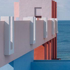 Muralla Roja reisfotografie print ᝢ abstracte pastel architectuurfoto van Hannelore Veelaert