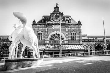 Station Groningen, Peerd van ome Loeks (zwart-wit) von Klaske Kuperus