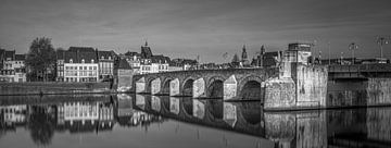 Brücke Sint Servaas, Maastricht - Schwarz Weiß von Teun Ruijters