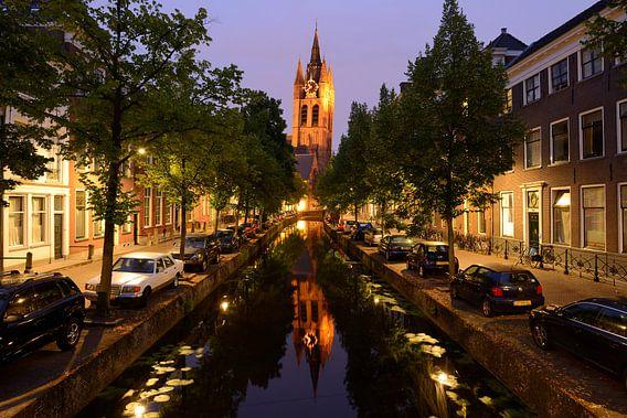 Oude Delft met de Oude Kerk in Delft in de avond