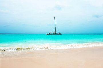 Zeiljacht in de Caribische Zee bij Aruba van Nisangha Masselink