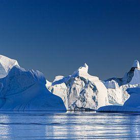 IJsbergen in Rode O, Scoresby Sund, Groenland van Henk Meijer Photography