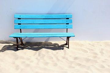 Banc bleu sur la plage sur Inge Hogenbijl
