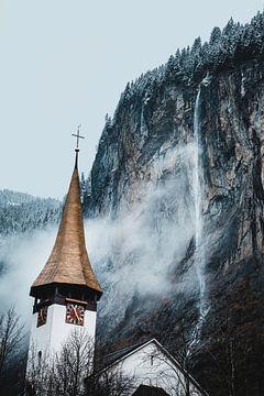 Wasserfall und Kirche in Lauterbrunnen von Abby's Voyage