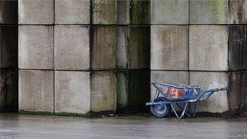 Betonstapel en kruiwagen van Dick Doorduin
