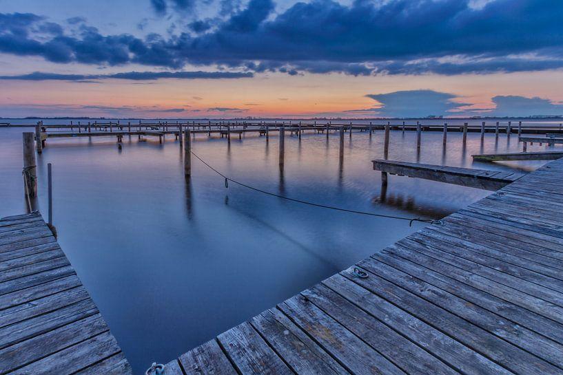 Sunset in the harbour van István Lahpor