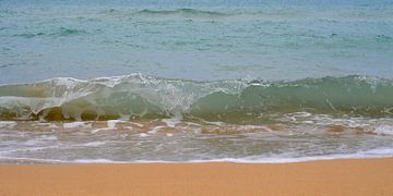 Golven van de Ionische zee spoelen aan op het strand van Annavee