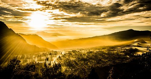 zonsopkomst in de bergen van