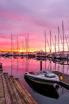 Motorboot in de Jachthaven van Juelsminde bij Zonsopkomst von Tony Buijse
