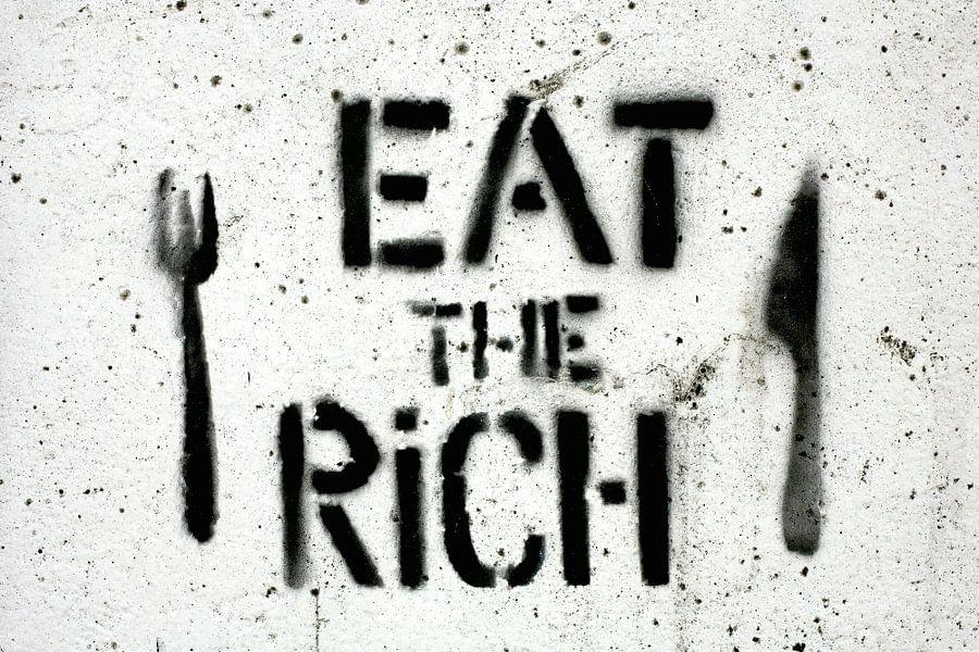 """Graffiti tekst """"Eat the rich"""" op betonnen muur / 2012"""