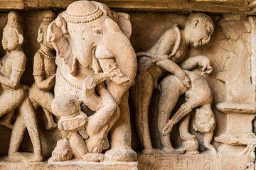 Khajurao - Erotisches Relief im Lakshmana-Tempel von Theo Molenaar