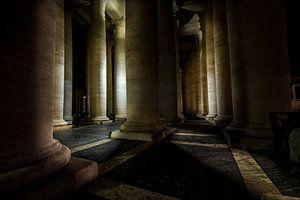 De verlichte  zuilen van het St. Pietersplein