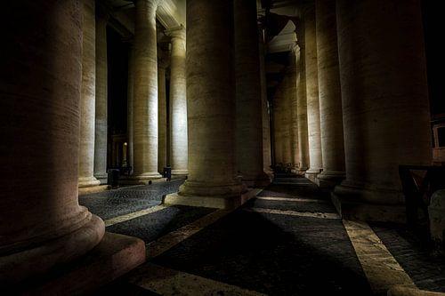 Die beleuchteten Säulen der Petersplatz