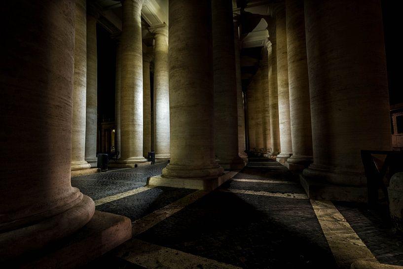 De verlichte  zuilen van het St. Pietersplein van Eus Driessen