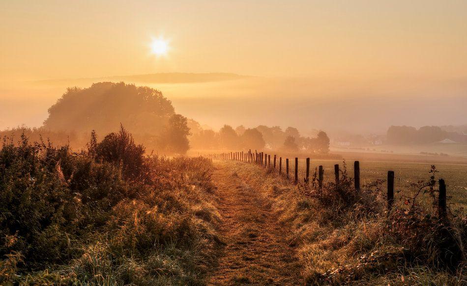 Mistige zonsopkomst bij Epen in Zuid-Limburg van John Kreukniet