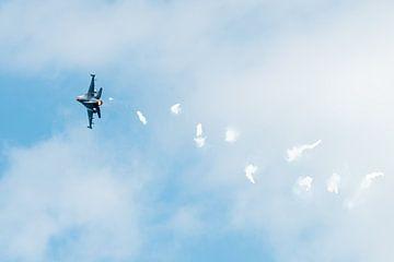 F-16 Fighting Falcon met een spoor van lichtkogels van Wim Stolwerk