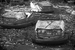 De botsauto's in zwart wit