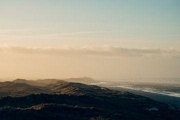 Landschap met de zee,  het strand, duinen, wolken  en vogels op Terschelling van Alex Hamstra