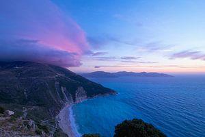 Zonsondergang bij Myrtos Beach op het Griekse eiland Kefalonia van Ruud Lobbes