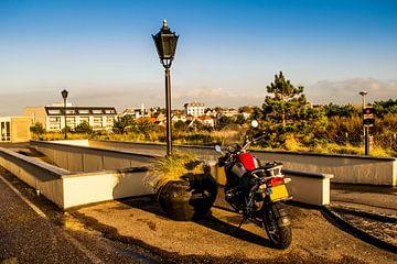 Parkeerplaats met motor van Tom de Groot