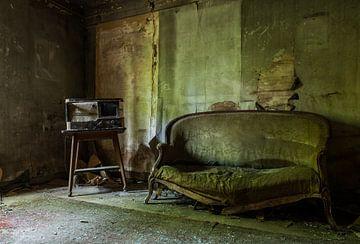 Oude bank en radio in een urbex huisje. van Angelo de Bruin