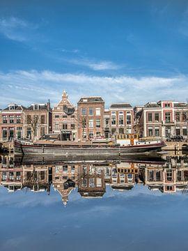De Leeuwarder stadsgracht gespiegeld op een windstille winterdag sur Harrie Muis