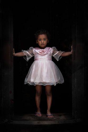 Nepalees meisje verkleed als ballet danseres in tutu in Kathmandu Nepal van Wout Kok